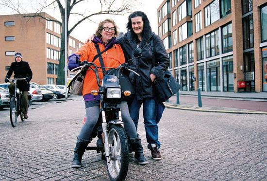 Tiny, rechts, en Didi op de Goudse Rijweg in Crooswijk
