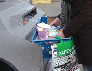 Lege flessen, oud papier en restafval