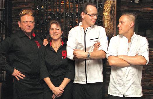 De drie eigenaren Karel en Tanja de Romijn en kok Denis Verwey, geassisteerd door Kelvin die zijn opleiding heeft genoten in restaurant Parkheuvel.