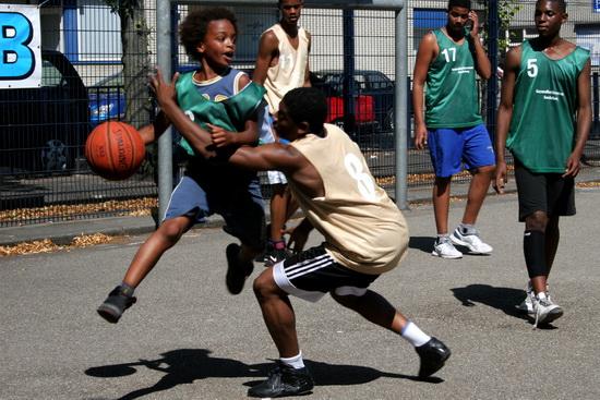 Sporten is gezond en leuk! Basketbalspeelplezier dankzij Rotterdamse huisartsen, het Fonds Achterstandwijken (FAW) en de Stichting Zomersport. (foto:Davy Wagenmakers)