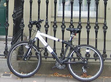 Man steelt fiets voor ogen van agenten
