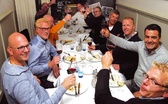 De nieuwe kok werd alom geprezen in Boerengat en menige toast was dan ook op hem.