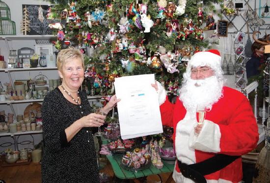 Lia Pakker met de enige echte Kerstman en de oorkonde nominatie Lusthofstraat, beste winkelstraat 2013 van Rotterdam.