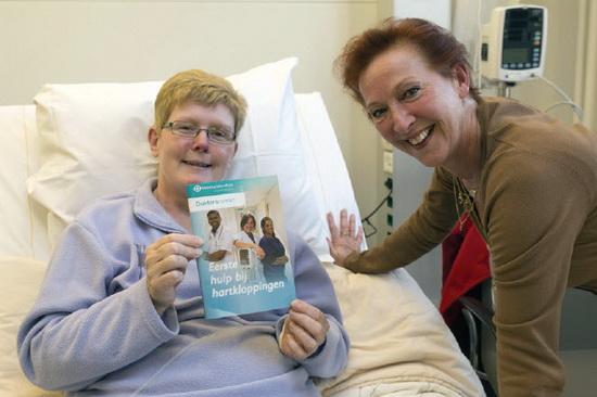 Loes Luca overhandigt 'Eerste hulp bij hartkloppingen aan mevrouw Cirkel