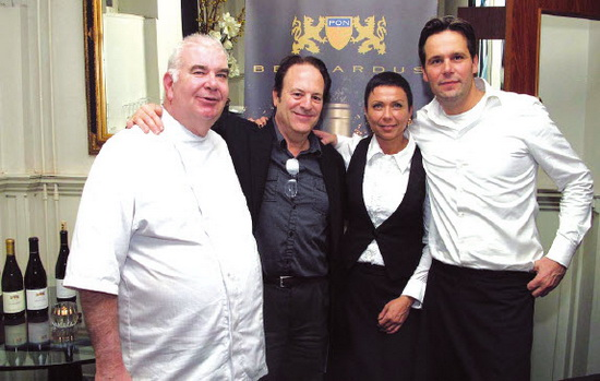 V.l.n.r. chefkok Frank Naar, wijnmaker Dean de Korth uit Amerika, serveerster Grazina en eigenaar Remko Koens