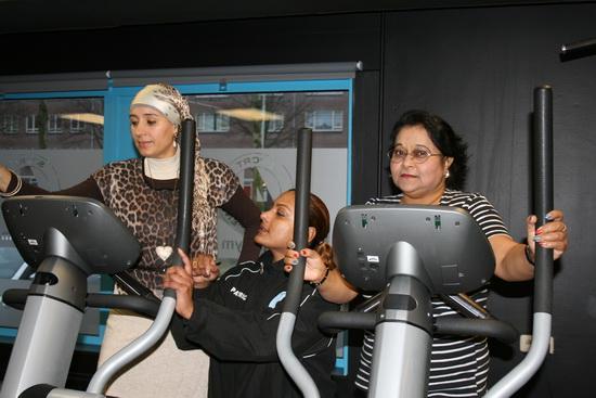 Dankzij de begeleiding van sportcoach Angela Beck is Fatima (links) al 10 kilo afgevallen. (Foto: Wijkgym Schuttersveld)