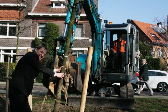 Park Rozenburg kreeg er vorige week een boom bij. Portefeuillehouder Jock Geselschap plantte een boom tijdens de nationale Boomplantdag op 12 maart.