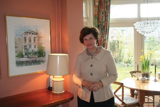 Burgemeester Els Timmers-van Klink bij de aquarel van haar Kralingse huis