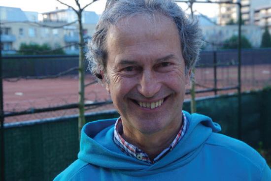 CDA-lijsttrekker voor de Gebiedscommissie Kralingen-Crooswijk Cees Zwinkels in zijn achtertuin met zicht op Tennispark Kralingen.