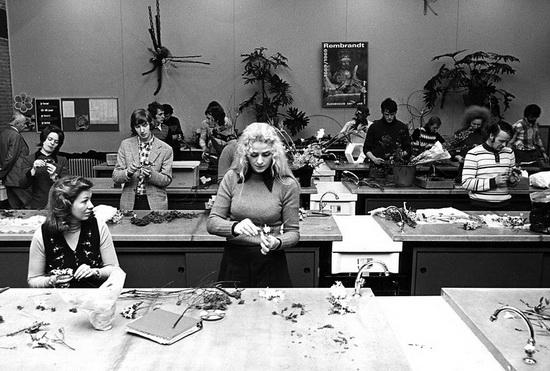 Vermoedelijk dateert de foto uit 1969 (inderdaad: het Rembrandt affiche). De man met sik is de kleinzoon van Hugo de Vries zelf. Hij heeft de school geopend. Foto: oud-directeur de heer Van Eek.
