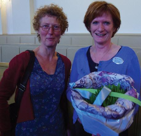 Links Karin Oldenampsen van Hospice De Vier Vogels in Rotterdam en Karin Bakker, coördinator vrijwilligers bij De Regenboog, raakten aan de praat tijdens de receptie in de Hoflaankerk, vorige week dinsdag.