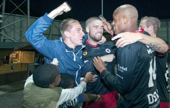 Lars Veldwijk viert een van zijn twee treffers tegen FC Oss met de supporters van Excelsior. Foto: Jan den Breejen