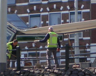 Vrachtwagen ramt tramhalte Oostzeedijk