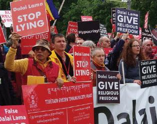 Luid protest tegen de Dalai Lama