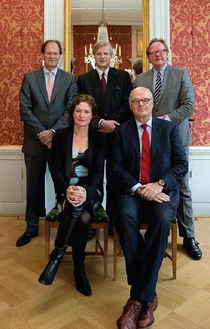 De regenten vormen het bestuur van Kuyl's Fundatie. Van links naar rechts, achterste rij: Job Dura, Mark Glazener en Juriaan Kok; vooraan: Ele Dorhout Mees-Le Poole en Bob de Kuyper.