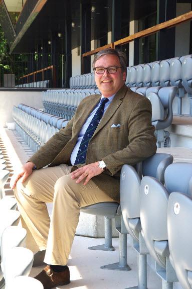 Jan de Mooij op de tribune van de Grandstand