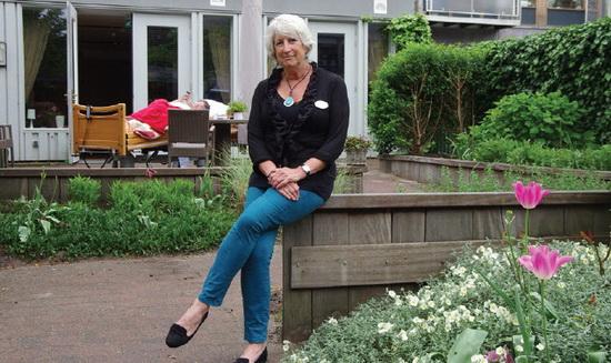 Vrijwilligster Anneke van Vliet in de tuin van De Regenboog