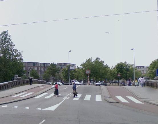 Auto botst op Rotterdamse tram