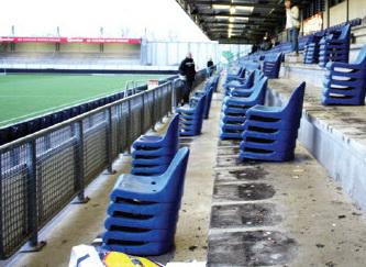 Nieuwe rode en zwarte stoeltjes in Stadion Woudestein