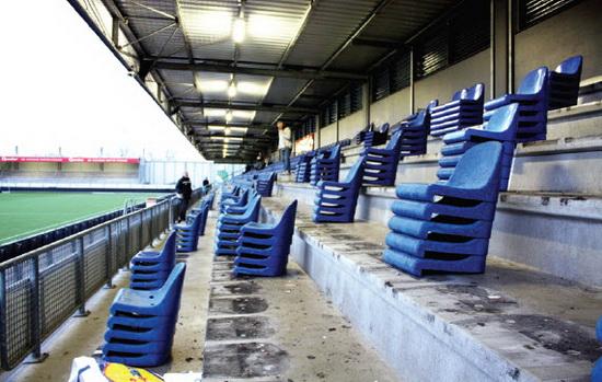 Net voor de kerstdagen werden de oude blauwe stoeltjes door vrijwilligers verwijderd. Deze week worden de nieuwe stoeltjes geplaatst in Stadion Woudestein.