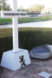 Het herdenkingskruis aan de Boezembocht - met zwerfkei