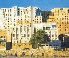 Behalve in filosofie, geneeskunde en wetenschap is de Arabische cultuur ook in hoge mate aanwezig in de architectuur. Iemand die daar veel van wist en veel aan gedaan heeft, is de Nederlandse arabiste en architect Anna Christa Eikelboom (1963-2015), in de Arabische wereld bekend als Anna Bukhari. In 2010 was zij betrokken bij een tentoonstelling 'Light on Culture. A dialogue between Yemeni and Dutch architecture'. Deze afbeelding is afkomstig van die tentoonstelling.