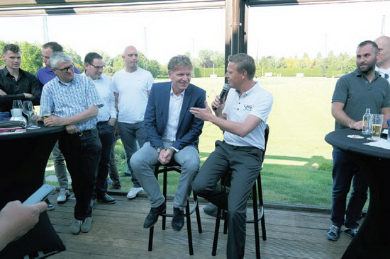 De nieuwe hoofdtrainer van Excelsior Fons Groenendijk werd donderdag meteen voorgesteld aan de leden van de Excelsior Business Club