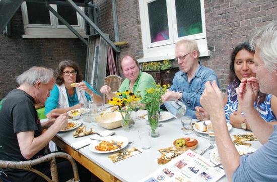 Elke zondag van 18.30 tot ca. 20.00 uur wordt er gezellig gezamenlijk gegegeten in het Nivon. Afgelopen zondag buiten op het binnenplaatsje, omdat het zulk lekker weer was. Als u zich tijdig aanmeldt, vanaf 16.30 uur op 010-7370643, kunt u aanschuiven. De complete maaltijd, met voorgerecht en toetje kost maar 5 euro.