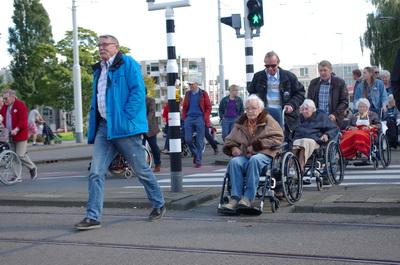 In de rolstoel de wijk door