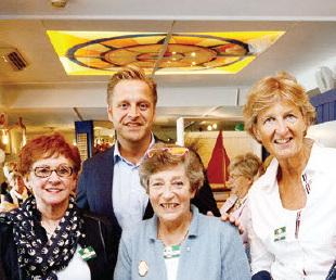 Erasmusspelden voor vier vrijwilligers van stichting De Witte Olifant