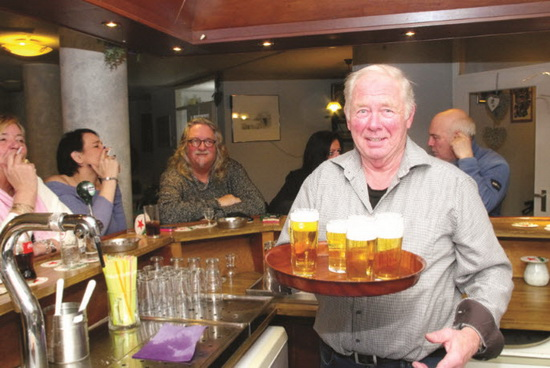 Jan ten Cate barman in Zaal De Duyf