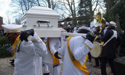 Surinaamse begrafenis geen feest, maar wel feestelijk