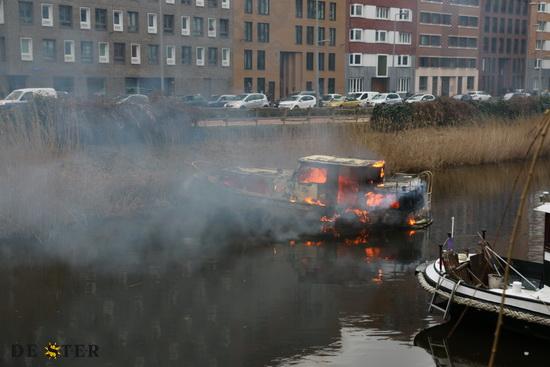 Pleziervaartuigen in brand aan boezemlaan