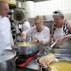 Senioren koken voor de gezelligheid