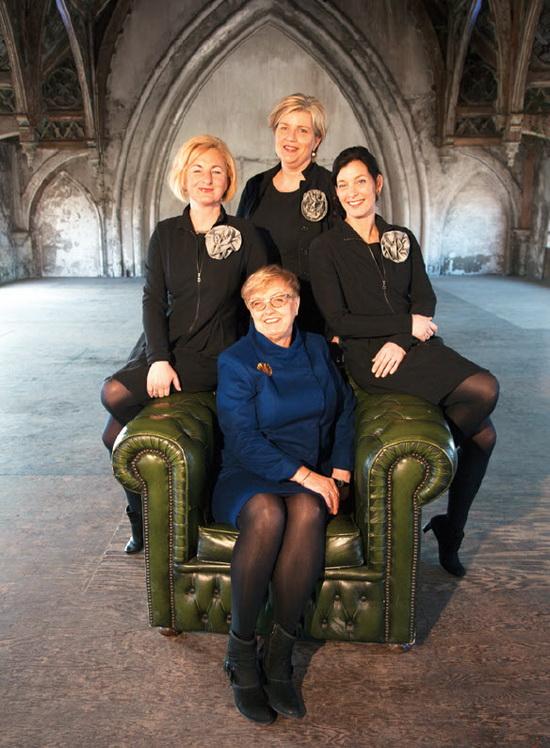 Achter de stoel: Petra Verschoor. Links: Elise Meijers Rechts: Danielle Verwaal. In de stoel: Carla Maat