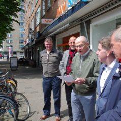 Rotterdammers lazen verzetsgedicht voor op de brandgrens