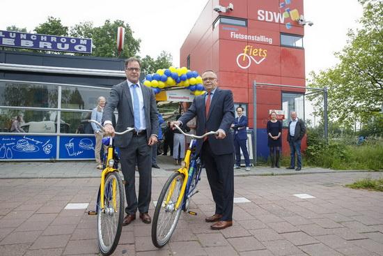 Pex Langenberg (wethouder duurzaamheid en mobiliteit) en Pedro Peters (directeur RET) geven startsein voor uitbreiding OV-fiets.