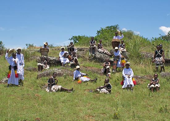 Oegandees kinderkoor Mwangaza zingt met Urker Mans Formatie