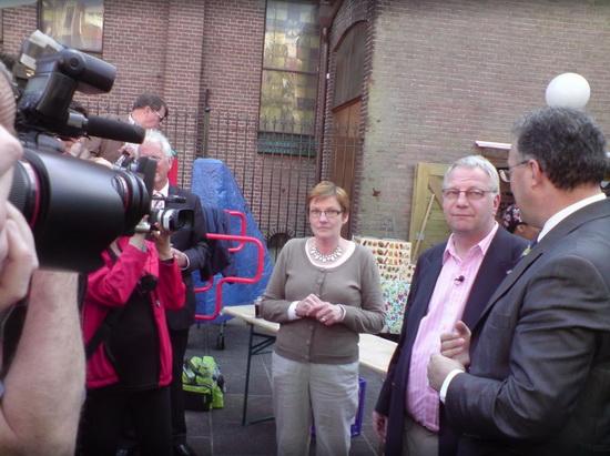 Uitreiking cheque aan Wout en Marianne in april 2009 door Burgemeester Aboutaleb