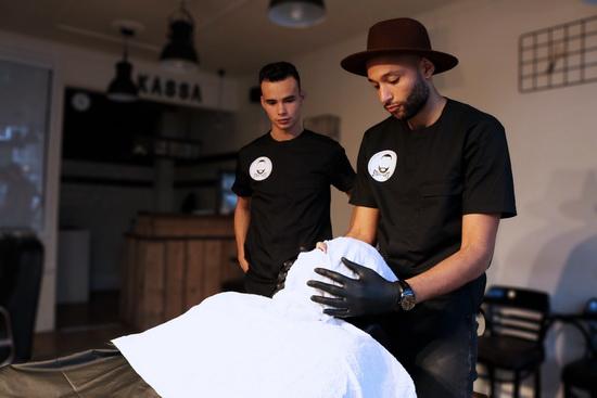 Barbiers doneren opbrengst aan The Hang-Out 010