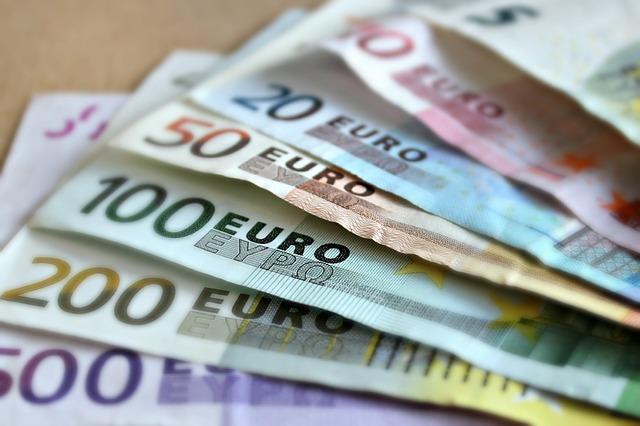 Politie vindt smak geld in reservewielkast op Maasboulevard