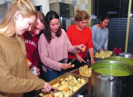 Driegangendiner voor daklozen door studenten van Laurentius