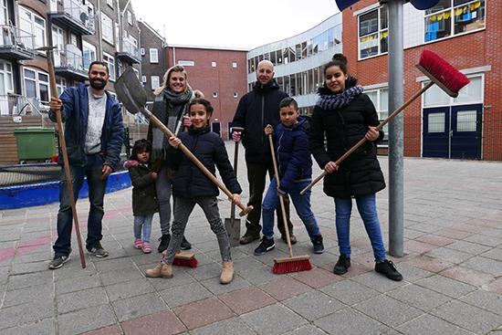 Leerlingen Talmaschool zetten schoolplein op z'n kop