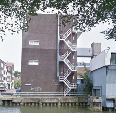 Rotterdammer ontwaakt zwaargewond op brandtrap in Kralingen