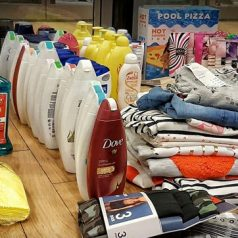 Auto vol gestolen goederen bij winkelcentrum Alexandrium