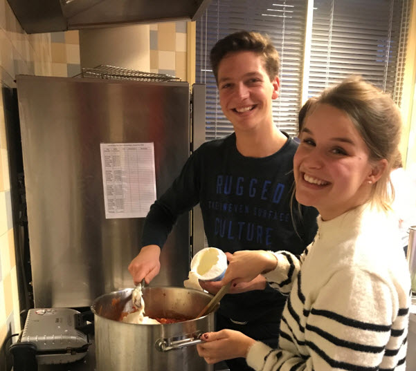 Driegangen diner voor daklozen door studenten van Laurentius