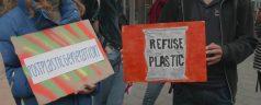 """Actiegroep Plastic Attack voert """"plastic aanval"""" uit op supermarktketen in Kralingen"""