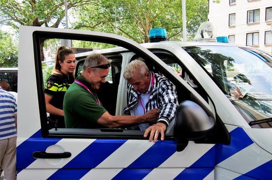 Roze Ouderen op bezoek in Rotterdams politiemuseum