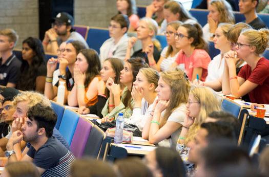 250 nieuwe EUR-studenten alvast in de collegezaal