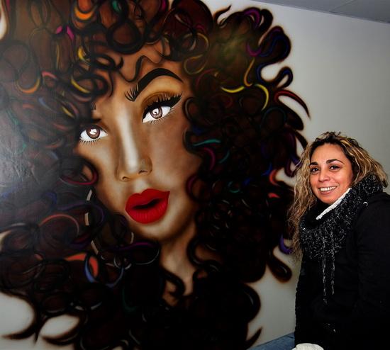Anita Autar van Chillax Art aan het werk in Blue Caribbean